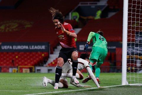 STRAFFE: Edinson Cavani sikrer her straffe for MAnchester United.