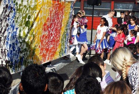 ALLE: På et digert lerret hadde alle elevene ved Mortensrud skole satt sitt avtrykk. Og resultatet ble riktig så fargerikt og vakte stor beundring fra både kunstnerne selv og alle andre frammøtte.