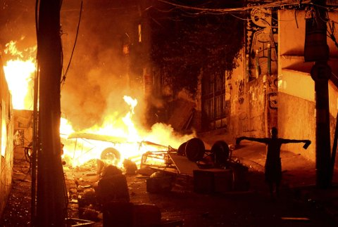 Rasende innbyggere fra slumbydelen Pavao-Pavaozinho nær Copacabana bygde tirsdag barrikader, satte fyr på bildekk og sperret to av hovedveiene til det populære turistområdet Copacabana etter at en mann ble skutt av militærpolitiet.