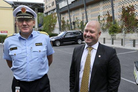 Politidirektør Odd Reidar Humlegård (til venstre) og justis- og beredskapsminister Anders Anundsen (Frp).