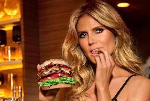 DELIKAT: Heidi Klum kan kunsten å få en burger til å se delikat ut, men ifølge en svensk stjernekokk spiser hun burgeren helt feil.