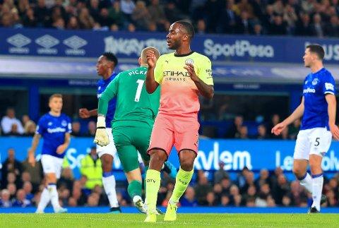 UTROLIG MISS: Manchester Citys Raheem Sterling fikk uttelling til slutt, men må tåle kritikk for kjempebommen han sto for tidligere i kampen mot Everton.