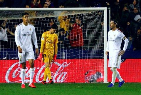NEDBRUTT GJENG: Real Madrid-keeper Thibaut Courtois og stopperne Raphaël Varane og Sergio Ramos drar hjem uten poeng før neste ukes El Clásico.