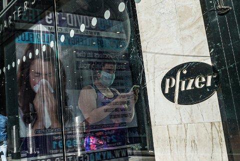 Pfizer har levert inn søknaden om å få sin covid-19-vaksine godkjent i EU – og dermed også i Norge. Illustrasjonsfoto: Bebeto Matthews / AP / NTB