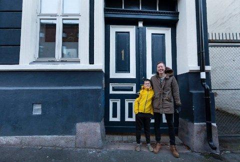 JUBLER: Frode Pleym og sønnen Nils er glade for å ha sikret seg en leilighet sentralt i Oslo, men de måtte nedjustere kravene for å få råd.