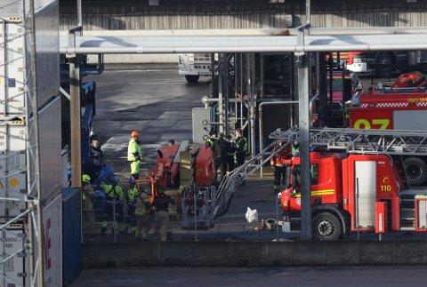 KRITISK SKADD: En person er kritisk skadd etter en arbeidsulykke på Sjursøya i Oslo fredag morgen. Foto: Andreas Fadum.