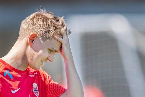 Martin Ødegaard måtte gi seg i Arsenals kamp mot Villareal torsdag. Foto: Geir Olsen / NTB