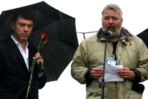 Sjefredaktør Dmitry Muratov (til høyre) taler i 2008 til minne om den drepte journalisten Anna Politskovskaja. Til venstre opposisjonspolitikeren Boris Nemtsov. Foto: AP / NTB