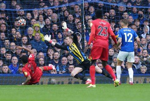 Joshua King kastet seg fram og fikk foten på ballen mot Everton lørdag. Foto: Martin Rickett/PA via AP / NTB