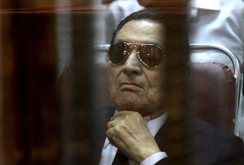 KORRUPSJONSDØMT: Egypts tidligere president er dømt til tre års fengsel. Her er han avbildet i forbindelse med rettssaken.