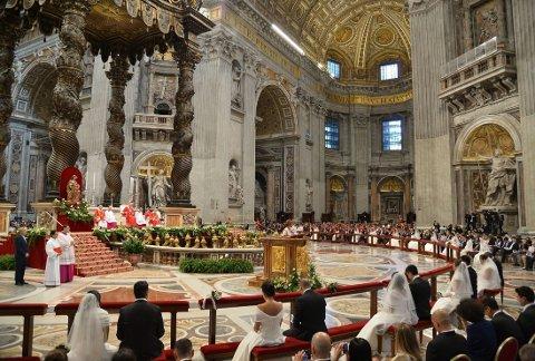 I PETERSKIRKEN: I alt 20 par ble viet i Peterskirken i Roma søndag.