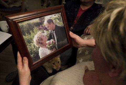 Bryllupsbilde: – Det er rart å se seg selv på et bilde jeg ikke husker ble tatt, men Monica har fortalt at det er bryllupsbildet vårt, sier Steinar Hestad (58).Begge foto: Christine Heim