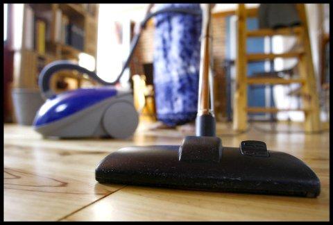 STØV: Om du støvsuger for raskt, vil du ende opp med å virvle opp støvet i stedet for å fjerne det. Foto: Colourbox