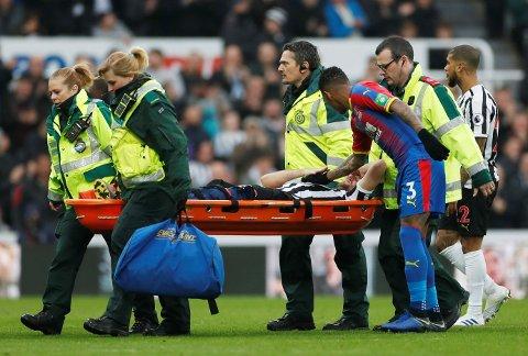 UT MED SKADE: Newcastle-spilleren Florian Lejeune ble fraktet av banen på båre.