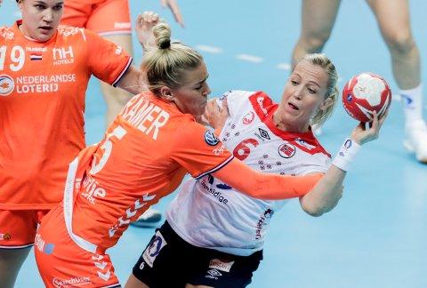 TOPPKAMP: Heidi Løke og resten av håndballjentene fikk seg en tøff kamp i gruppefinalen mot Nederland.