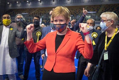 Førsteminister og SNP-leder Nicola Sturgeon feirer at hun vant sin egen valgkrets Glasgow Southside fredag. Foto: Jane Barlow/PA via AP / NTB
