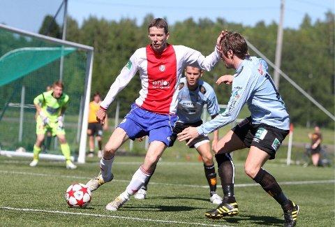 Feil vei: Backen Håkon Haga er på besøk foran Levangers mål, men tar med seg ballen ut av boksen istedenfor å vende opp mot trøndernes mål.