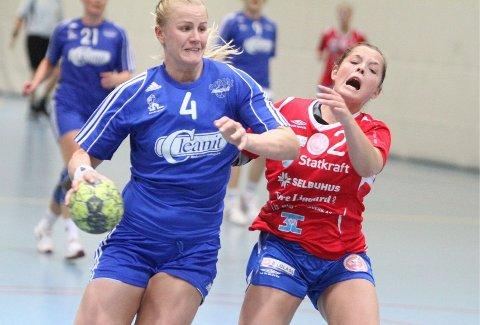 Viste seg Mari Hegna (venstre) kontrer inn ett mål når Oppsal snur kampen i sluttminuttene. Her får Selbus Katinka Haltvik seg en knuff, og hun forstår ikke så mye når situasjonen ender med baklengsmål og to minutters utvisning.