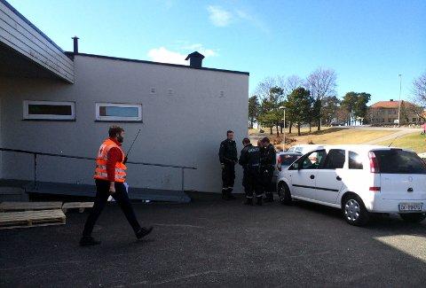 Politihelikopter, frivillige og hunder er satt inn i søket etter en 16 år gammel jente i Tjølling.