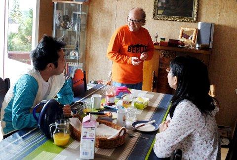 Jun og Nozomi Minaguchi står opp til dekket bord hos Roy Everson.