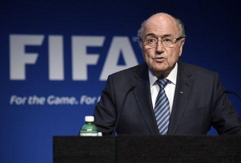 OVER OG UT: FIFA hasteinnkalte til pressekonferanse tirsdag kveld. Den startet tre kvarter forsinket, da president Sepp Blatter skapte overskrifter verden rundt med sin avgang.