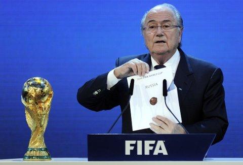 KONTROVERSIELT: Fifa og Sepp Blatters tildeling av VM i 2018 til Russland har vært kontroversiell, og beskyldninger om korrupsjon har vært til tider høyrøstede. Lørdag ble trekningen av kvalikgruppene til mesterskapet gjennomført.