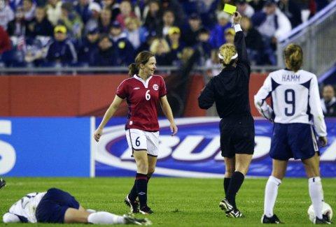NORSK TOPPSPILLER: Hege Riise, her avbildet under en VM-kamp mot USA i 2003, er med i en kåring av verdens beste fotballspillere gjennom tidene. Amerikanske Abby Wambach (liggende) og Mia Hamm når noen steg høyere på samme liste.