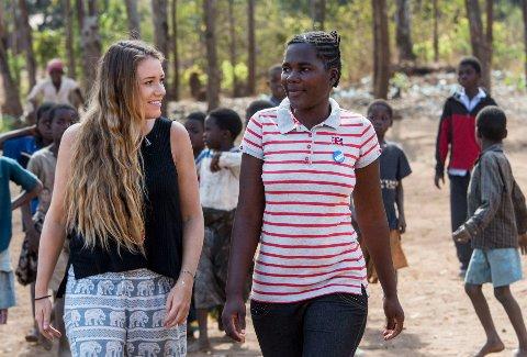 TV-profil Ida Fladen (30) med Dorothy, en av de frivillige i Plan Norges ungdomsgrupper. Hun er 17 og var 15 år da hun giftet seg. Hun havnet i et brutalt ekteskap med en mann som låste henne inne for å besøke elskerinnene sine. Så ble hun gravid. Nå jobber Dorothy for å stoppe barneekteskap.