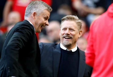 RISTER PÅ HODET: Manchester United-legenden Peter Schmeichel, her i trivelig passiar med United-manager Ole Gunnar Solskjær, uttrykker misnøye med at Åge Hariede ikke får fortsette som landslagstrener i Danmark.