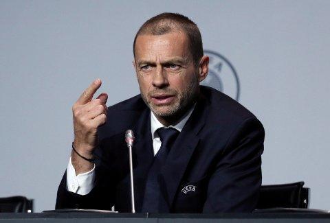 Uefa-president Aleksander Ceferin og hans menn mener at man bør spille ferdig sesongen rundt om å Europa, mens Fifa ser at det virker umulig.