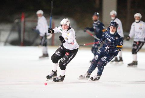Isen forsvinner snart under beina på bandyspillere i Norge. Foto: Terje Bendiksby / NTB