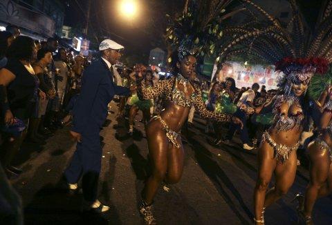 Sambadanser Flavia Lopes (i midten) danser under siste øvelse på en av de mange sambaskolene i Rio de Janeiro.
