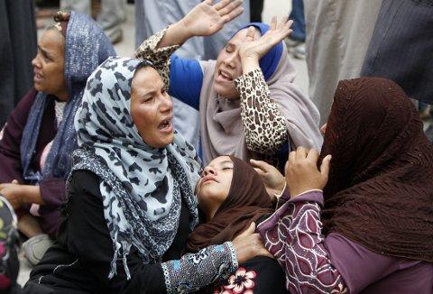 Dødsdommene mot nesten 700 personer sør i Egypt ble mottatt med sjokk og stor fortvilelse. For bare en måned siden ble over 500 dømt til døden av den samme dommeren. Nå er de fleste dommene omgjort til livsvarig fengsel, men det hjelper lite ifølge slektninger.