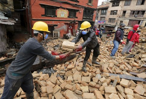 RYDDER: Frivillige forsøker å rydde i sammenraste byer. Fremdeles er mange savnet etter jordskjelvet.