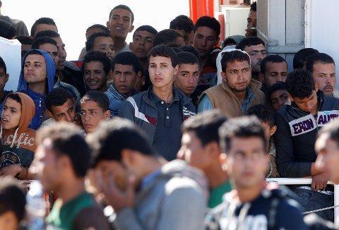 SKRØPELIGE FARKOSTER: Migranter går i land fra et italiensk kystvaktfartøy tidligere i mai. De siste to døgnene er 5.600 blitt reddet fra skrøpelige farkoster i Middelhavet