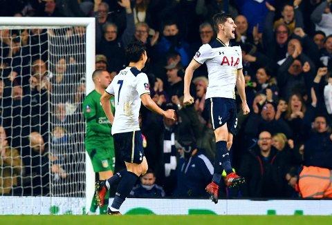 HOPPENDE GLAD: Tottenhams Ben Davies (til høyre) hadde god grunn til å feire da han fant veien til nettet mot Aston Villa.