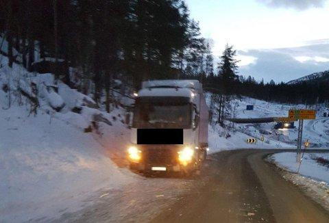 STÅR FAST: Et polsk vogntog står fast i Saltdal - selskapet vil ikke betale for bilberging, og de to sjåførene har bodd i kjøretøyet siden fredag.