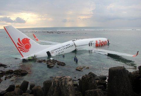 Et fly av type Boeing 737 skled av rullebanen og ned i vannet da det skulle ta av på flyplassen på Bali i 2013. Flyet tilhører flyselskapet Lion Air, som er det samme flyselskapet som ble rammet av en tragisk ulykke denne uken, med 189 antatt omkomne.
