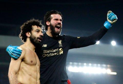 Liverpools Mohamed Salah (t.v.) feirer 2-0-scoringen til Liverpool i Premier League-matchen mot Manchester United. Keeper Alisson løp over hele banen for å gratulere lagkameraten etter å ha servert ham den målgivende pasningen.