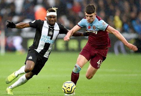 Verken Allan Saint-Maximin i Newcastle eller West Hams Declan Rice for lov ti å hånhilse på lagkompiser i dagens framover. Her fra lagenes møte på London Stadium i november.