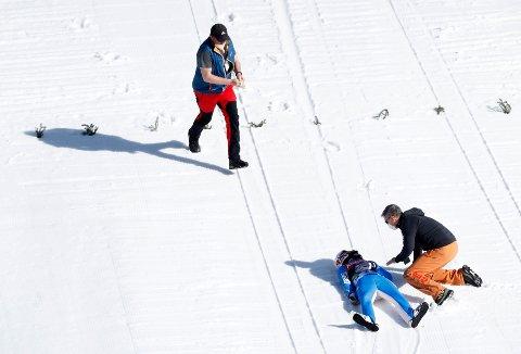 Daniel-André Tande falt stygt torsdag. Foto: AP / NTB
