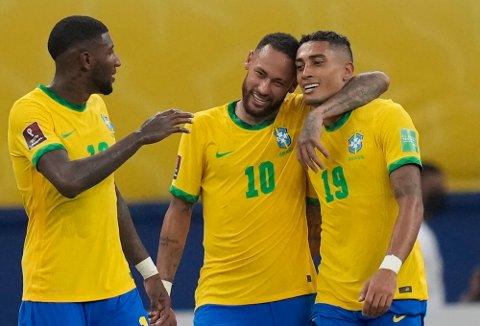 Brasils Raphinha (th) jubler sammen med Neymar sitt første landslagsmål da Uruguay ble slått 4-1 i den søramerikanske VM-kvalifiseringen. Foto: Andre Penner / AP / NTB