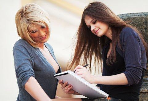 SELSKAP: Visste du at du har krav på å ta med deg en venninne eller et annet følge til muntlig eksamen, om du ikke vil være alene?