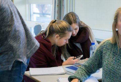 IKKE LENGER LOV: Den danske skolen innførte totaltforbud mot mobiltelefoner i skolen. Illustrasjonsfoto.