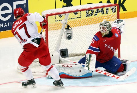 AVGJØRENDE: Danmarks Nicklas Jensen scoret ledermålet aleine med Lars Haugen. Norge aldri klarte å svare i den viktige første VM-kampen.