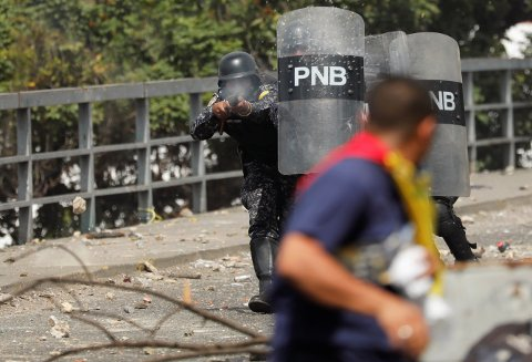 Sikkerhetsstyrkene har brukt tåregass og gummikledde stålkuler mot demonstranter, som flere steder har kastet stein. Bildet er tatt i Caracas onsdag.