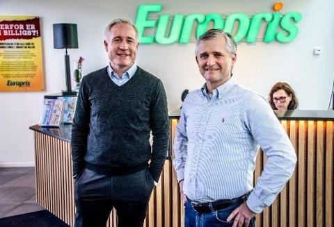 Europris-sjef Espen Eldal (t.v.) la fredag fram tallene for tredje kvartal av 2020. Her sammen med kommersiell direktør Jon Boye Borgersen.