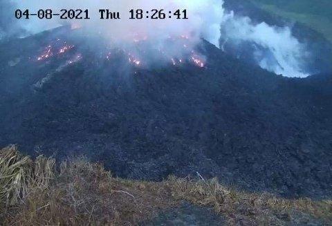 GLØD: Torsdag ettermiddag kunne man skimte rødglødende lava fra vulkanen La Soufriere på St. Vincent.