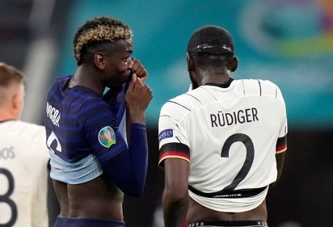 Paul Pogba i diskusjon med Antonio Rüdiger etter EM-kampen tirsdag. Mange mener at TV-bildene viste at tyskeren bet franskmannen under kampen. Foto: Matthias Schrader, Pool via AP / NTB