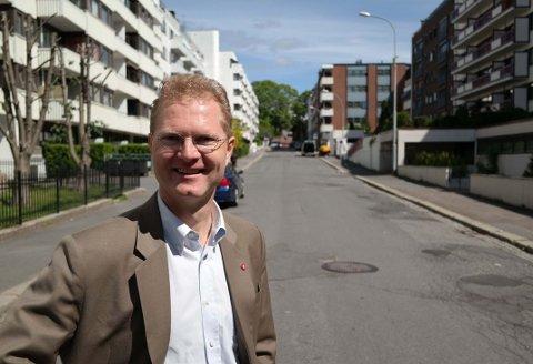 I GRØNNEGATA: Tor André Johnsen (Frp) fremsto nok som ganske «grønn» da han i et intervju med lokalavisa på Hamar sa han ville bo i et sivilisert område av Oslo. Dette fikk det til å koke over for byens befolkning i øst, som implisitt fikk stempelet usiviliserte. - I det intervjuet var jeg nok litt upresis, og jeg er blitt flinkere til å veie mine ord i intervjusituasjoner. Oslo er selvfølgelig en sivilisert by, sier Johnsen, som her er på hjemmebane i Grønnegata. Som student på 90-tallet bodde han på Stovner og Tøyen.